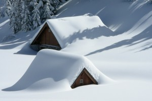 Roof snow: https://pixabay.com/de/alm-friaul-schnee-schneefall-549333/